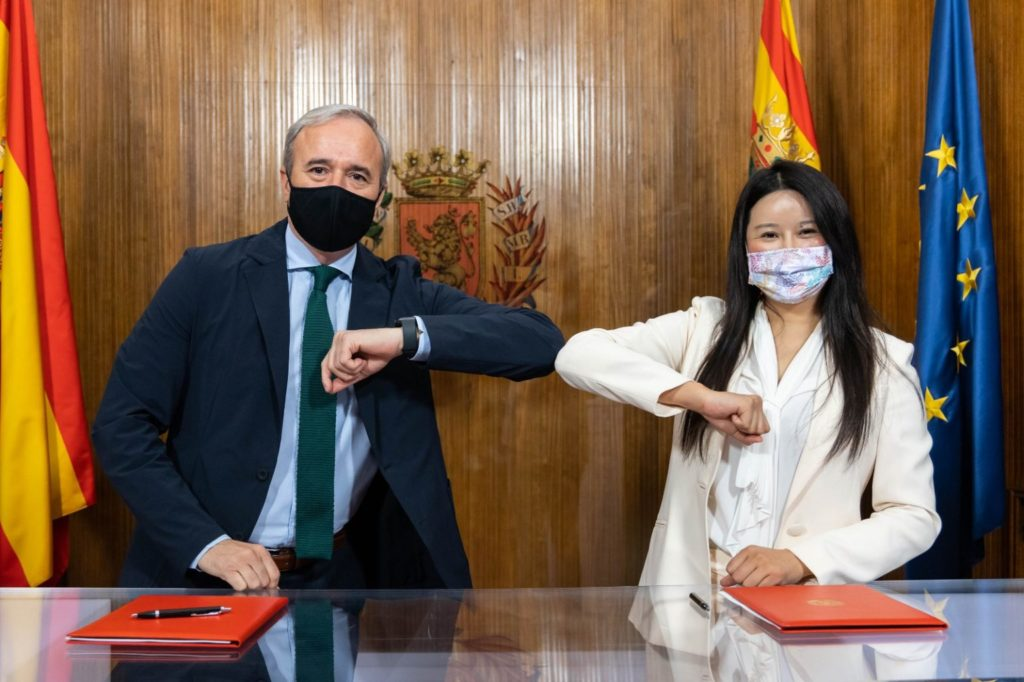 The mayor of Zaragoza, Jorge Azcón, and the head of Ehang in Spain, Victoria Jing Xiang Ma. Photos by Miguel G. García